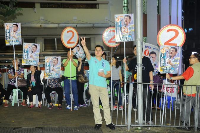 Член Демократической партии Эндрю Ван Сю-кин на предвыборном митинге в округе Шек Ям Гонконга 22 ноября 2015 года. Фото: Великая Эпоха
