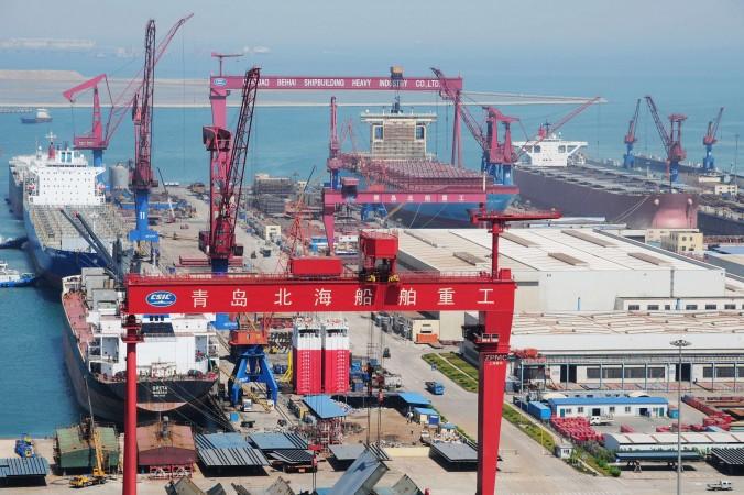 Новое контейнерное судно строится в Циндао, провинция Шаньдун, 26 апреля 2012 г. Фото: STR/AFP/GettyImages