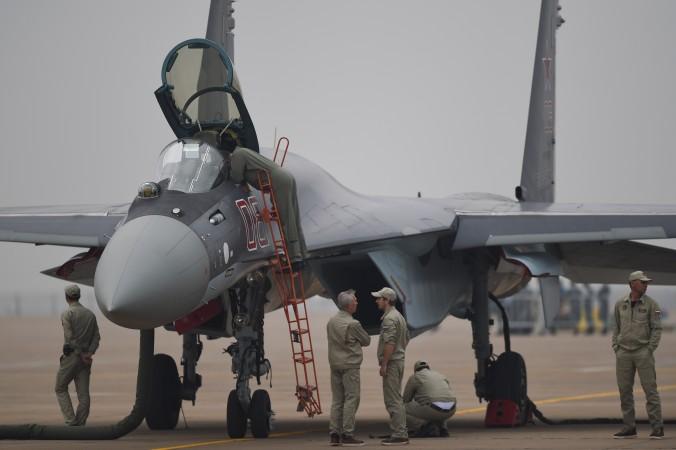 Российский истребитель Су-35 в Чжухай, Китай, 10 ноября 2014 г. Недавно Китай купил у России 24 самолёта Су-35. Фото: Johannes Eisele/AFP/Getty Images