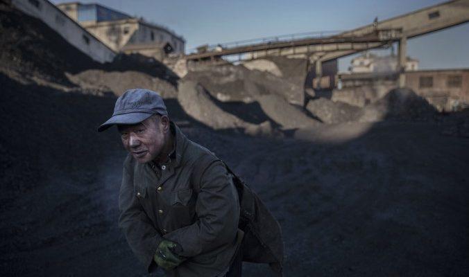 Избыточное производство, раздутый чиновничий аппарат и махинации местных властей оставили рабочих и госслужащих целой провинции Китая без зарплаты