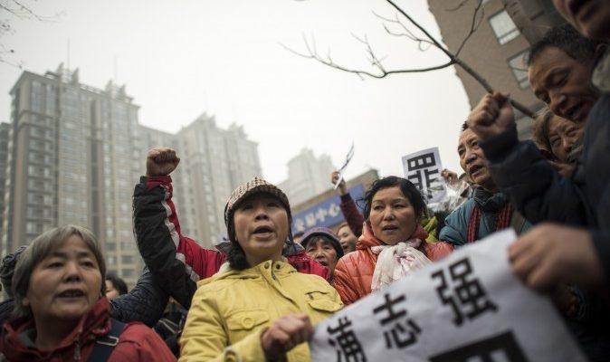 Милиция прогнала журналистов, дипломатов и сторонников адвоката Пу Чжицяна от здания суда