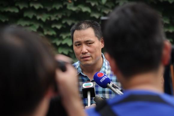 Правозащитник Пу Чжицян выступает перед СМИ в Пекине 20 июля 2012 г. 14 декабря 2015 г. начался суд над Пу за публикацию нескольких комментариев в китайском микроблоге Sina Weibo. Фото: Ed Jones/AFP/Getty Images