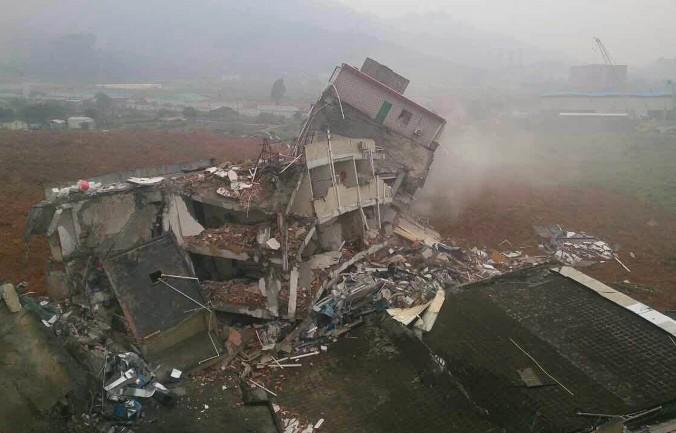 Разрушенные здания после оползня в индустриальном парке г. Шэньчжэнь, юг Китая, провинция Гуандун, 20 декабря, 2015 г. Фото: STR/AFP/Getty Images