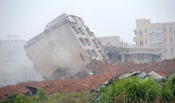 В Шэньчжэне оползень поглотил промышленный парк. Рухнули 22 многоэтажки (видео)