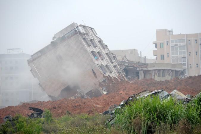 Здание наклонилось после оползня 20 декабря в парке г. Шэньчжэнь, юг Китая, провинция Гуандун Фото: STR/AFP/Getty Images