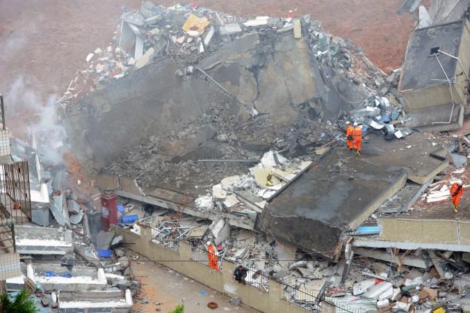Спасатели ищут выживших после оползня в индустриальном парке г. Шэньчжэнь, юг Китая, провинция Гуандун, 20 декабря, 2015 г. Фото: STR/AFP/Getty Images