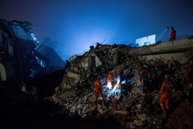 Спасательная бригада ищет выживших среди развалин. 20 декабря оползень в Шэньчжэне поглотил 22 здания. Фото: Lam Yik Fei/Getty Images