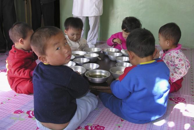 Дети посещают учреждения с усиленным питанием, организованные в рамках Всемирной продовольственной программы в Пхеньяне, Северная Корея, 18 октября 2005 года. По данным сайта МПП, «проблема с недоеданием детей в возрасте до семи лет [в Северной Корее] улучшилась за эти годы, но по-прежнему высока. Согласно последнему опросу, проведённому в 2002 году, 40% детей были недостаточного роста, 20% имели недостаточный вес. Задержка роста рассматривается как серьёзная проблема общественного здравоохранения (стандарты ВОЗ )». Фото: Джеральд Бурк /ВПП с помощью Getty Images