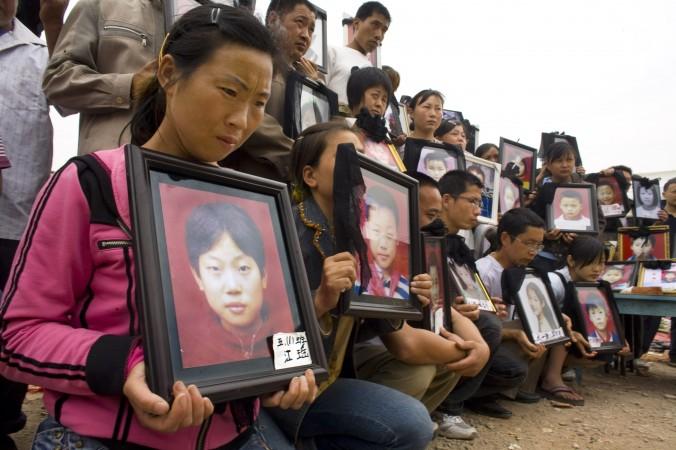 Родители поминают своих детей, которые погибли в Уфу, провинция Сычуань, 22 мая 2015 г. Фото: Paula Bronstein/Getty Images
