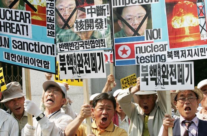 Протестующие участвуют в митинге против КНДР 25 мая 2009 года в Сеуле, Южная Корея. Северная Корея объявила, что успешно провела второе ядерное испытание. Фото: Chung Sung-Jun/Getty Images