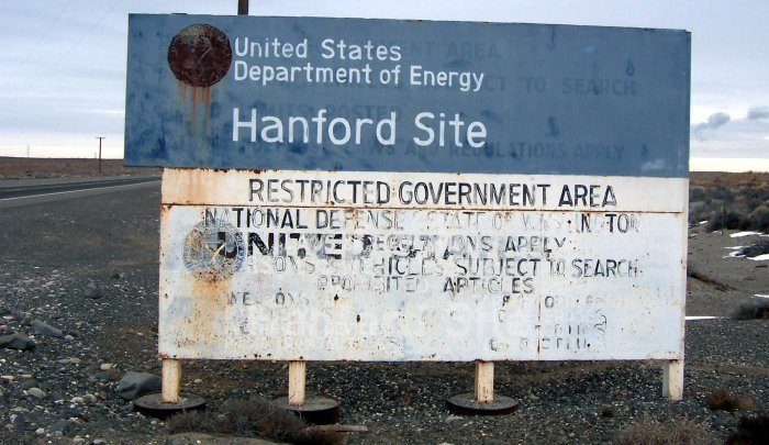 Дорожный знак на въезде в Хэнфордский комплекс (январь 2005 г.).  Фото: Ellery/wikipedia.org/CC BY-SA 3.0
