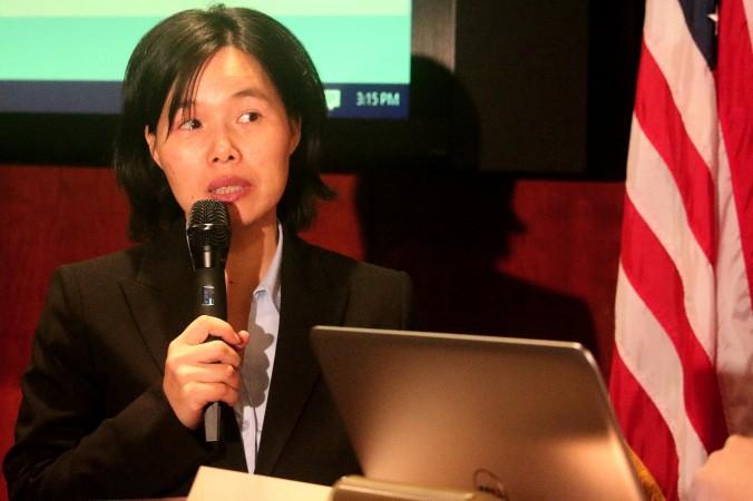 Доктор Чжан Ювэй 10 декабря выступает на форуме на Капитолийском холме, посвящённом преследованию Фалуньгун. В Китае она подверглась жестоким пыткам и психологическому насилию и находилась на грани смерти. Фото: Gary Feuerberg/Epoch Times