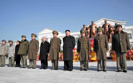 Северокорейский лидер Ким Чен Ын (четвёртый справа) и высшее руководство корейской компартии. Фото: KNS/AFP/Getty Images