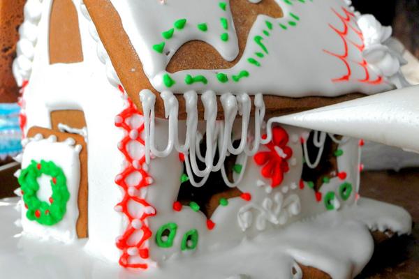 Так получаются сладкие сосульки из глазури. Фото: Алла Лавриненко/Великая Эпоха