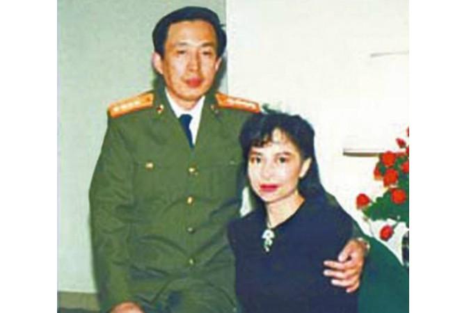 Ло Юй, сын революционного генерала Ло Жуйцина, с супругой, бывшей гонконгской актрисой Тиной Леунг. Фото: Screen shot/NTDTV