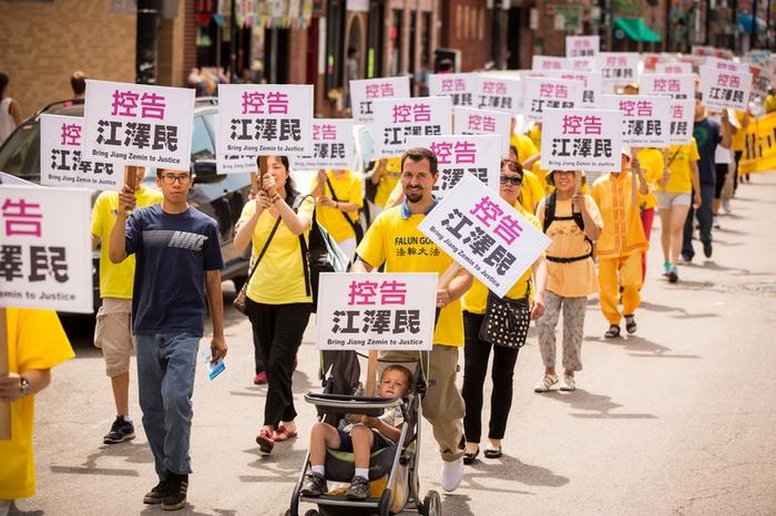 На плакатах написано: «Отдать Цзян Цзэминя под суд». США. 2015 год. Фото: The Epoch Times