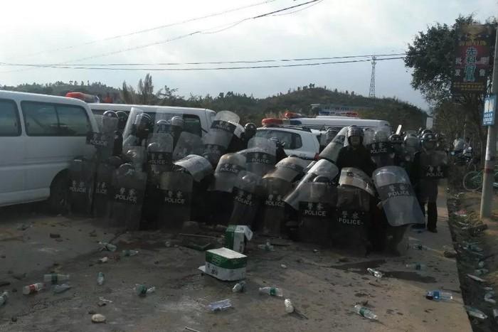 Во время протесов местных жителей против строительства мусоросжигательного завода. Посёлок Юньло провинции Гуандун. Декабрь 2015 года. Фото с molihua.org