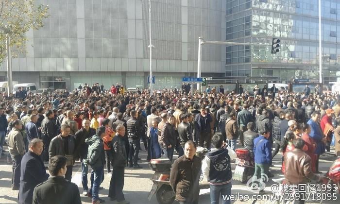 Протесты водителей трёхколёсных электромобилей. Город Шаосин провинции Чжэцзян. Декабрь 2015 года. Фото с epochtimes.com