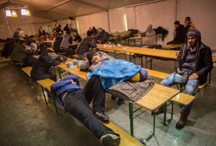 Мигранты спят в палатках в ожидании очереди в Регистрационный центр. Фото: KAY NIETFELD/AFP/Getty Images