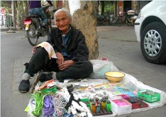 91-летняя женщина продаёт вещи вместо того, чтобы попрошайничать. Фото: Kanzhongguo