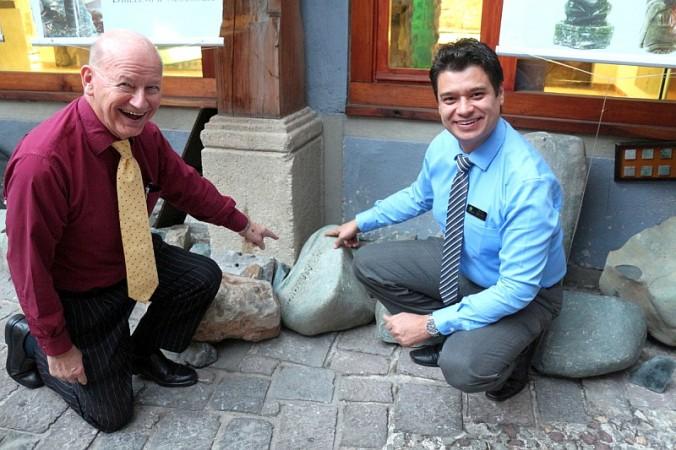 Фредди Гомес открыл стеклянную витрину главного магазина Casa del Jade в Антигуа, Гватемале.