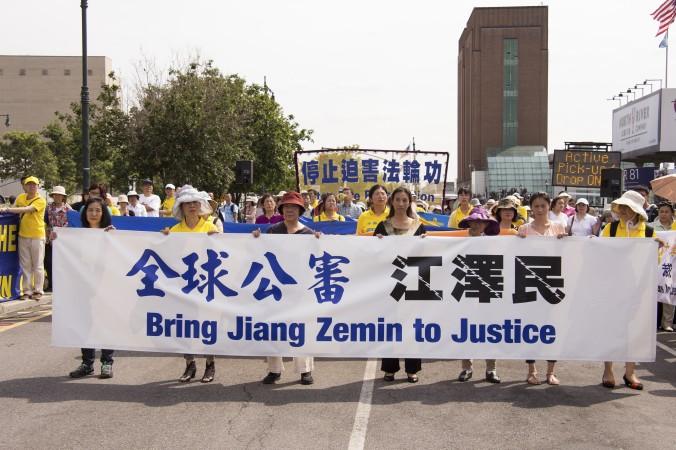 Последователи Фалуньгун проводят пикет у китайского посольства в Нью-Йорке 3 июля 2015 г., выражая поддержку искам на Цзян Цзэминя. Фото: Larry Dye/Epoch Times