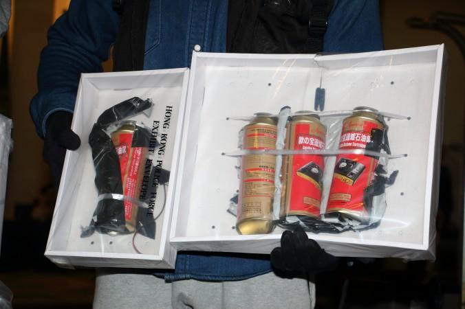 Офицер гонконгской полиции показывает фальшивую бомбу, обнаруженную в международном отеле BP 17 января 2016 г. Фото: Kiri Choi/Epoch Times