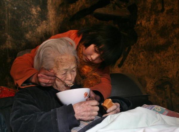 Трогательная привязанность правнучки к прабабушке. Фото: Kanzhongguo