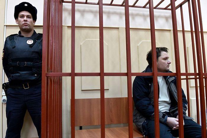 Один из обвиняемых диспетчер Александр Круглов. Фото: KIRILL KUDRYAVTSEV/AFP/Getty Images