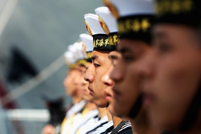 Китайские моряки стоят строем на военном корабле, порт Циндао, провинция Шаньдун, 22 апреля 2009 г. Фото: Guang Niu/Getty Images