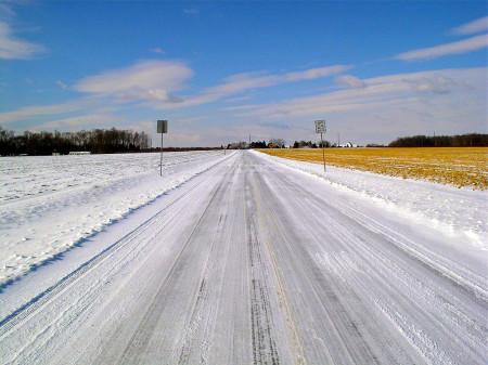 встречную полосу не видно на зимней дороге