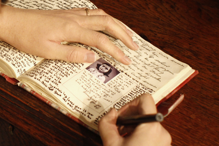Восковая фигура Анны Фран, пишущёй свой дневник. Фигура выставлена в музее мадам Тюссо в Берлине. Фото: Andreas Rentz/Getty Images