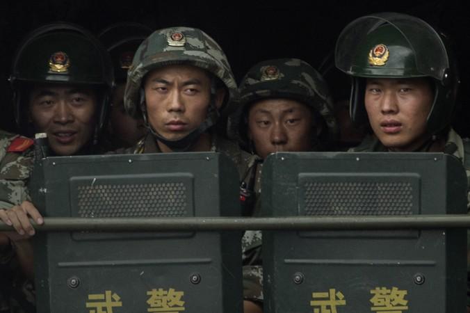 Китайские солдаты едут на грузовике  мимо мечети Ид-Ках в Кашгаре, Синьцзян, 31 июля 2014 г. Фото: Getty Images