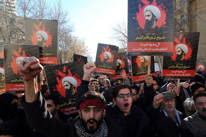 Протесты в Иране у посольства Саудовской Аравии против казни шиитского проповедника Нимр ан-Нимра.  Фото: ATTA KENARE/AFP/Getty Images
