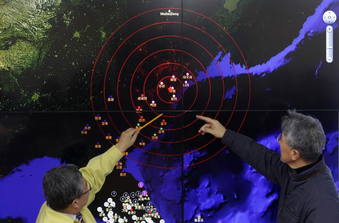 Специалисты южнокорейского метеорологического бюро рассматривают сейсмические волны от техногенного взрыва в КНДР. Фото: Chung Sung-Jun/Getty Images