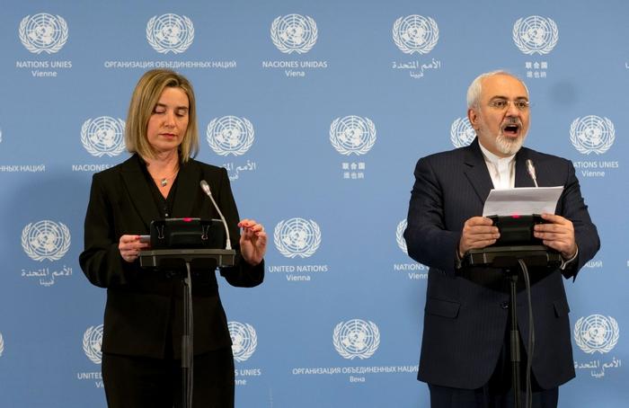 Мохаммад Джавад Зариф и Федерика Могерини заявили, что стороны, принявшие план совместных действий, стремились к чёткому выполнению взятых на себя обязательств. Фото: JOE KLAMAR/AFP/Getty Images