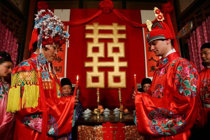 Жених ― из Франции, а невеста ― из Китая празднуют свадьбу в китайском стиле, 5 мая 2007 г., Пекин, Китай. Фото: China Photos/Getty Images
