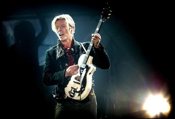 Дэвид Боуи выступает в Копенгагене 7 октября 2003 г. во время турне Reality Tour