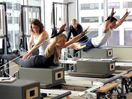 Класс Stott Pilates Reformer в Торонто. Корпоративный Учебный центр. Фото: en.wikipedia.org/CC BY-SA 3.0