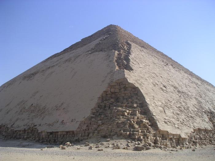 Вид Ломаной пирамиды с северо-западного угла. Фото: Neithsabes/wikipedia.org/ public domain