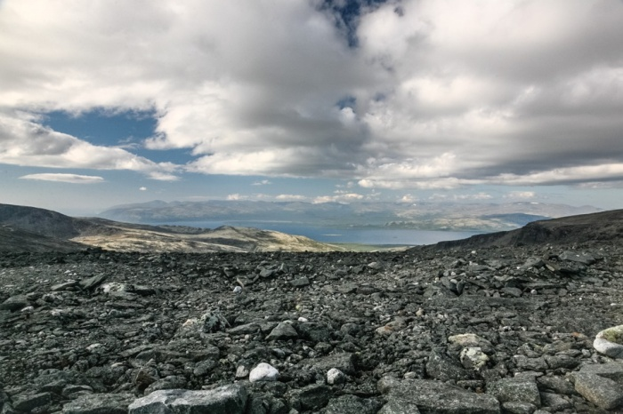 Вид с перевала Геологов на Умбозеро и Хибины. Фото: Meellaira Ahr/commons.wikimedia.org/CC BY-SA 4.0