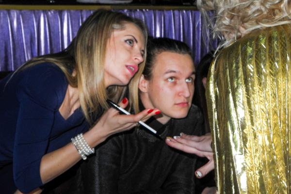 Жюри: Илья Галабурда и Анастасия Самсонян оценивают маникюр модели.