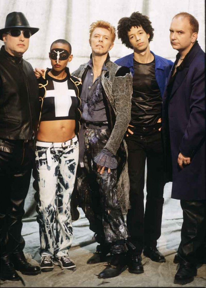 Дэвида Боуи и его музыканты в период альбомов Outside и Earthling в середине 90-х. Слева направо: Майк Гарсон, Гэйл-Энн Дорси, Дэвид Боуи, Захари Алфорд и Ривз Габрэлс. Фото: Frank Ockenfels
