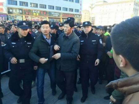 Мэр города получил побои во время протестов. Город Цзиньчан провинции Ганьсу. Декабрь 2015 года. Фото с weibo.com
