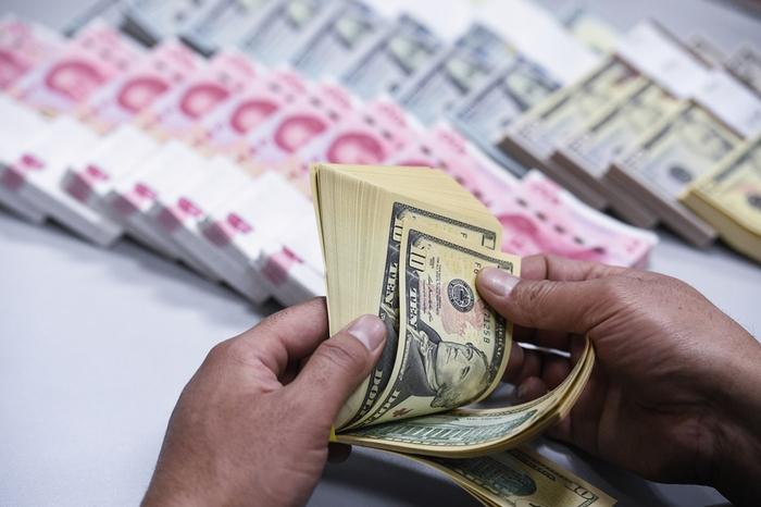 После очередного обвала фондового рынка китайцы кинулись сбывать юани
