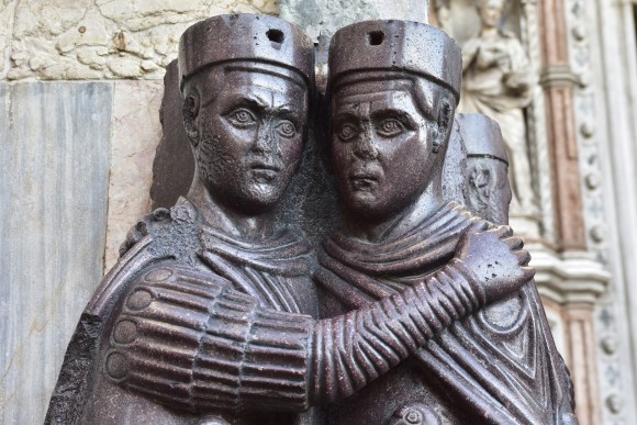 Часть скульптуры «Четыре тетрарха», выполненной из императорского порфира около 300 г. и изображающей четырёх римских императоров. Скульптура сейчас находится на фасаде базилики Святого Марка в Венеции. Фото: Crisfotolux/iStock