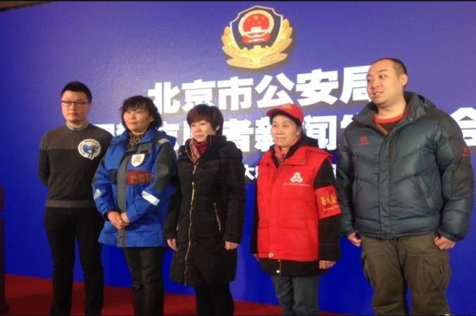 Представители различных волонтёрских групп китайской компартии позируют на пресс-конференции пекинского бюро общественной безопасности 13 января 2016 г. Представитель волонтёров Интернет-милиции ― крайний слева. Фото: Screen shot/www.usachinapress.com