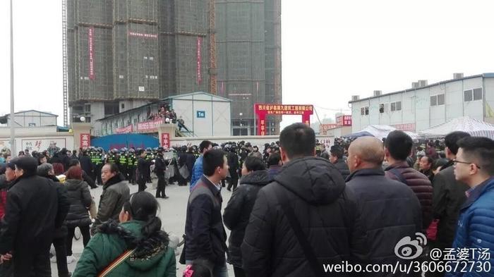 Протесты жителей посёлка. Посёлок Чанлун провинции Сычуань. Январь 2016 года. Фото с epochtimes.com