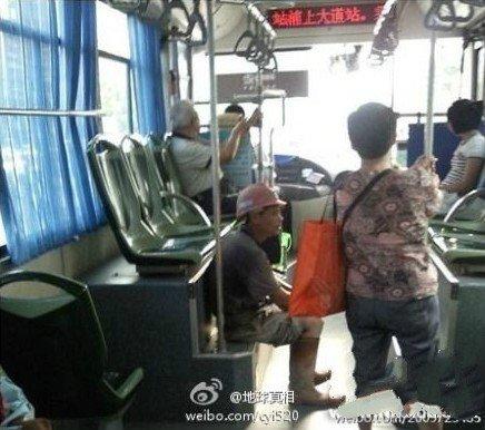 Строитель решил сесть на ступеньках, а не на кресло, чтобы не запачкать его. Фото: Kanzhongguo
