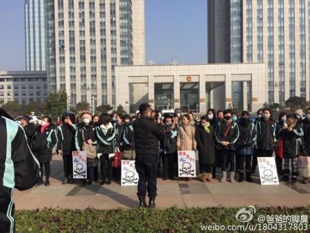 Родители протестуют против отравления их детей химическими испарениями бывшего завода. Город Чанчжоу провинции Цзянсу. Январь 2016 года. Фото: epochtimes.com